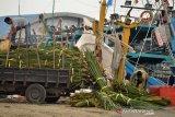 Nelayan memuat rumpon ke kapal saat persiapan melaut di Pelabuhan Perikanan Samudera Koetaraja, Banda Aceh, Kamis (28/3/2019). Menurut nelayan, penggunaan rumpon dari berbagai jenis daun pohon sebagai tempat berkumpulnya ikan, merupakan metode ramah lingkungan yang selama ini digunakan nelayan tradisional dalam upaya meningkatkan hasil tangkapan. (Antara Aceh/Ampelsa)