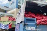Petugas bersiap mendiatribusikan bawang merah hasil peindakan kanwil Bea dan Cukai di Banda Aceh, Selasa, (2/4/2019). Kanwil Bea dan Cukai Aceh selama tahun 2019 menggagalkan sebanyak 90 ton bawang merah yang diselundupkan dari Malaysia ke Aceh yang kemudian dihibahkan kepada masayarakt prasejahtera di sejumlah kabupaten/kota di Aceh. (Antara Aceh/Ampelsa)