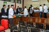 SIDANG TUNTUTAN KASUS SUAP DPRD KOTA MALANG. Sejumlah terdakwa mantan anggota DPRD Kota Malang seusai menjalani sidang tuntutan kasus suap pengesahan APBD Perubahan (APBD-P) Pemerintah Kota Malang tahun anggaran 2015 sebesar Rp700 juta di Pengadilan Tindak Pidana Korupsi (Tipikor) Juanda, Sidoarjo, Jawa Timur, Selasa (2/4/2019). Jaksa Penuntut Umum menuntut 12 mantan anggota dewan tersebut dengan tuntutan bervariasi mulai dari empat sampai enam tahun penjara dan denda Rp.200 juta serta pencabutan hak politik selama lima tahun. Antara Jatim/Umarul Faruq/Zk