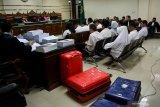 SIDANG TUNTUTAN KASUS SUAP DPRD KOTA MALANG. Sejumlah terdakwa mantan anggota DPRD Kota Malang menjalani sidang tuntutan kasus suap pengesahan APBD Perubahan (APBD-P) Pemerintah Kota Malang tahun anggaran 2015 sebesar Rp700 juta di Pengadilan Tindak Pidana Korupsi (Tipikor) Juanda, Sidoarjo, Jawa Timur, Selasa (2/4/2019). Jaksa Penuntut Umum menuntut 12 mantan anggota dewan tersebut dengan tuntutan bervariasi mulai dari empat sampai enam tahun penjara dan denda Rp.200 juta serta pencabutan hak politik selama lima tahun. Antara Jatim/Umarul Faruq/Zk