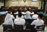 Sejumlah terdakwa mantan anggota DPRD Kota Malang menjalani sidang tuntutan kasus suap pengesahan APBD Perubahan (APBD-P) Pemerintah Kota Malang tahun anggaran 2015 sebesar Rp700 juta di Pengadilan Tindak Pidana Korupsi (Tipikor) Juanda, Sidoarjo, Jawa Timur, Selasa (2/4/2019). Jaksa Penuntut Umum menuntut 12 mantan anggota dewan tersebut dengan tuntutan bervariasi mulai dari empat sampai enam tahun penjara dan denda Rp.200 juta serta pencabutan hak politik selama lima tahun. Antara Jatim/Umarul Faruq/Zk