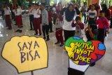 Sejumlah anak penderita Autisme melakukan senam bersama saat memperingati hari autisme Internasional di Kudus, Jawa Tengah, Selasa (2/4/2019). Peringatan Hari Autisme Sedunia yang dipringati setiap 2 April tersebut diharapkan dapat menumbuhkan kepedulian masyarakat terhadap penyandang autisme. ANTARA FOTO/Yusuf Nugroho/nym.
