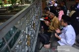 Peziarah makam KH Abdurrahman Wahid memanjatkan doa di pemakaman Pesantren Tebuireng, Jombang, Jawa Timur, Rabu (3/4/2019). Wisata religi makam Presiden RI ke-4 KH Abdurrahman Wahid atau Gus Dur setiap hari selalu ramai dikunjungi ribuan peziarah dari berbagai wilayah terutama hari libur. Antara Jatim/Syaiful Arif/zk