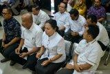 Sejumlah terdakwa mantan anggota DPRD Kota Malang saat menjalani sidang putusan kasus suap pengesahan APBD Perubahan (APBD-P) Pemerintah Kota Malang tahun anggaran 2015 sebesar Rp700 juta di Pengadilan Tindak Pidana Korupsi (Tipikor) Juanda, Sidoarjo, Jawa Timur, Kamis (4/4/2019).  Majelis hakim menjatuhkan vonis 10 mantan anggota dewan tersebut rata rata empat tahun dua bulan sampai enam bulan penjara dan denda Rp200 juta serta pencabutan hak politik selama tiga tahun. Antara Jatim/Umarul Faruq/zk.