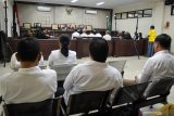 Sejumlah terdakwa mantan anggota DPRD Kota Malang  menjalani sidang putusan kasus suap pengesahan APBD Perubahan (APBD-P) Pemerintah Kota Malang tahun anggaran 2015 sebesar Rp700 juta di Pengadilan Tindak Pidana Korupsi (Tipikor) Juanda, Sidoarjo, Jawa Timur, Kamis (4/4/2019).  Majelis hakim menjatuhkan vonis 10 mantan anggota dewan tersebut rata rata empat tahun dua bulan sampai enam bulan penjara dan denda Rp200 juta serta pencabutan hak politik selama tiga tahun. Antara Jatim/Umarul Faruq/zk.