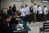 Sejumlah terdakwa mantan anggota DPRD Kota Malang bersalaman dengan majelis hakim seusai menjalani sidang putusan kasus suap pengesahan APBD Perubahan (APBD-P) Pemerintah Kota Malang tahun anggaran 2015 sebesar Rp700 juta di Pengadilan Tindak Pidana Korupsi (Tipikor) Juanda, Sidoarjo, Jawa Timur, Kamis (4/4/2019).  Majelis hakim menjatuhkan vonis 10 mantan anggota dewan tersebut rata rata empat tahun dua bulan sampai enam bulan penjara dan denda Rp200 juta serta pencabutan hak politik selama tiga tahun. Antara Jatim/Umarul Faruq/zk.