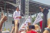 Calon Presiden nomor urut 01 Joko Widodo (kiri) menyampaikan orasi politik saat kampanye akbar di Stadion Singaperbangsa, Karawang, Jawa Barat, Selasa (9/4/2019). Dalam kampanye akbar tersebut Jokowi  mengajak masyarakat untuk memenangkan pasangan Capres - Cawapres nomor urut 01 dan menargetkan kemenangan sebesar 60 persen suara di Kabupaten Karawang pada Pilpres 17 April 2019 mendatang. ANTARA JABAR/M Ibnu Chazar/agr