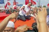 Calon Presiden nomor urut 01 Joko Widodo (tengahi) berswafoto dengan pendukung saat kampanye akbar di Stadion Singaperbangsa, Karawang, Jawa Barat, Selasa (9/4/2019). Dalam kampanye akbar tersebut Jokowi  mengajak masyarakat untuk memenangkan pasangan Capres - Cawapres nomor urut 01 dan menargetkan kemenangan sebesar 60 persen suara di Kabupaten Karawang pada Pilpres 17 April 2019 mendatang. ANTARA JABAR/M Ibnu Chazar/agr