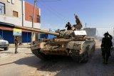 Bom mortir mendarat di pinggir Tripoli pada saat bentrokan berlanjut