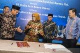 Direktur Konsumer Bank Bjb Suartini (kedua kiri) berbincang dengan Komisaris PT Praba Arta Buana Utama Widdi Aswindi (kiri) didampingi Pemimpin Divisi Bank BJB Hakim Putratama (kanan) dan Dirut PT Praba Arta Buana Utama Afipuddien (kedua kanan) seusai penandatanganan Perjanjian Kerjasama tentang pemanfaatan Tandamata Berjangka Umroh di Bank bjb, Bandung, Jawa Barat, Senin (15/4/2019). Perjanjian kerjasama tersebut merupakan program yang diperuntukan bagi nasabah yang memiliki keinginan atau kebutuhan untuk melaksanakan ibadah umroh, dengan membayar sejumlah dana pada saat pembukaan rekening serta melakukan setoran bulanan sesuai dengan mekanisme produk bjb Tandamata Berjangka. ANTARA JABAR/M Agung Rajasa/agr