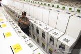 Anggota kepolisian berjaga saat pemeriksaan kelengkapan kotak suara pemilu sebelum didistribusikan di gudang penyimpanan logistik wisma PNKA, Bandung, Jawa Barat, Senin (15/4/2019). Sebanyak 1415 kotak suara akan didistribusikan ke 283 TPS di enam kelurahan, Kecamatan Cicendo pada hari Selasa 16 April 2019 untuk digunakan pada Pemilu serentak 17 April 2019. ANTARA JABAR/M Agung Rajasa/agr