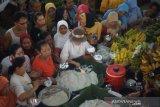 Rayakan berakhirnya pemilu, pedagang Pasar Gede bagikan jenang sumsum