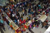 Pengunjung antre membeli jajanan khas saat digelar Festival Jajanan Khas Ponorogo di sebuah pusat perbelanjaan di Ponorogo, Jawa Timur, Minggu (21/4/2019). Festival jajanan khas yang diikuti perwakilan kecamatan yang ada di kabupaten Ponorogo tersebut dimaksudkan untuk mengangkat potensi jajanan khas setempat guna mendukung program pengembangan pariwisata. Antara Jatim/Siswowidodo/zk.