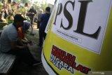 Warga antre menggunakan hak suaranya pada Pemungutan Suara Lanjutan (PSL) Dewan Perwakilan Daerah (DPD) Jawa Timur di TPS 01, Desa Kaliboto, Kediri, Jawa Timur, Selasa (23/4/2019). PSL dilakukan karena saat Pemilu 17 April 2019 TPS tersebut kekurangan surat suara DPD sebanyak 29 lembar dan baru diketahui KPU pada malam harinya. Antara Jatim/Prasetia Fauzani/ZK