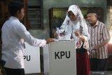 Warga menggunakan hak suaranya pada Pemungutan Suara Lanjutan (PSL) Dewan Perwakilan Daerah (DPD) Jawa Timur di TPS 01, Desa Kaliboto, Kediri, Jawa Timur, Selasa (23/4/2019). PSL dilakukan karena saat Pemilu 17 April 2019 TPS tersebut kekurangan surat suara DPD sebanyak 29 lembar dan baru diketahui KPU pada malam harinya. Antara Jatim/Prasetia Fauzani/ZK