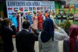 Peserta mengikuti upacara peringatan Konferensi Asia-Afrika (KAA) di Astana Anyar, Bandung, Jawa Barat, Rabu (24/4/2019). Upacara yang diadakan Sekolah Rakjat Inggit Garnasih dengan tema
