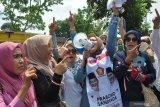 Emak-emak pendukung Prabowo-Sandiaga aksi damai di Kantor KPU Medan. Ini yang mereka suarakan