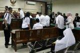 Sejumlah terdakwa mantan anggota DPRD Kota Malang bersalaman dengan majelis hakim saat menjalani sidang putusan kasus suap pengesahan APBD Perubahan (APBD-P) Pemerintah Kota Malang tahun anggaran 2015 sebesar Rp700 juta di Pengadilan Tindak Pidana Korupsi (Tipikor) Juanda, Sidoarjo, Jawa Timur, Kamis (25/4/2019).  Majelis hakim menunda agenda pembacaan putusan sidang karena salah satu terdakwa masih menjalani pengobatan jalan. Antara Jatim/Umarul Faruq/zk.