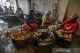Perajin memproduksi makanan cemilan pisang sale di Gudang Jero, Kota Tasikmalaya, Jawa Barat, Sabtu (27/4/2019). Pelaku usaha makanan tradisional khas Tasikmalaya pisang sale mengaku saat ini kesulitan bahan baku pisang akibat panen raya pisang ditingkat petani sulit didapat karena musim penghujna ditambah naiknya harga pisang potong yang dari sebelumnya Rp13 ribu menjadi Rp30 ribu per kilogram, sehingga produksi menurun 50 persen dari satu kuital per hari. ANTARA JABAR/Adeng Bustomi/agr