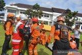Petugas BPBD dan Tim relawan gabungan menyelamatkan korban dengan teknik