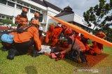 Petugas BPBD dan Tim relawan gabungan menyelamatkan korban dari dalam gedung usai dilanda gempa bumi saat simulasi bencana dalam rangka memperingati hari kesiapsiagaan becana di Bale Kota Tasikmalaya, Jawa Barat, Jumat (26/4/2019). BPBD Jabar telah memetakan potensi bencana di Jabar dengan upaya penanggulangan yaitu kesiapsiagaan, kedaruratan dan logistik serta rehabilitasi dan rekonstruksi, karena bencana yang terjadi di Jabar, di antaranya gempa bumi, banjir, gempa bumi tektonik, tujuh gunung api aktif yang berpotensi meletus, tsunami, angin puting beliung, kebakaran hutan. ANTARA JABAR/ Adeng Bustomi/agr