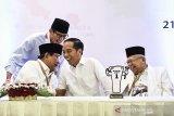 PENGUNDIAN NOMOR URUT CAPRES. Pasangan calon presiden dan wakil presiden, Joko Widodo (kedua kanan)-Ma'ruf Amin (kanan) dan Prabowo Subianto (kiri)-Sandiaga Uno (kedua kiri), berbincang usai pengundian nomor urut Pemilu Presiden 2019 di Jakarta, Jumat (21/9). Pasangan calon presiden dan wakil presiden Joko Widodo-Ma'ruf Amin mendapatkan nomor urut 01, dan Prabowo Subianto-Sandiaga Uno mendapat nomor urut 02. ANTARA JABAR/Puspa Perwitasari/agr