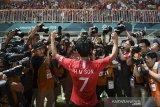 Pesepak bola Korea Selatan Heung Min Son menyapa pendukungnya seusai memenangkan pertandingan melawan tim sepak bola Jepang pada Babak Final Putra Asian Games ke-18 di Stadion Pakansari, Bogor, Sabtu (1/9). ANTARA JABAR/Dhemas Reviyanto/agr