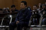Terdakwa kasus dugaan korupsi dan pemerasan Dana Alokasi Khusus (DAK) pendidikan sekaligus Bupati nonaktif Cianjur, Irvan Rivano Muchtar menjalani sidang perdana di Pengadilan Tipikor, Bandung, Jawa Barat, Senin (29/4/2019). Irvan Rivano Muctar bersama tiga terdakwa lainnya disidangkan dengan dugaan pemerasan 140 kepala sekolah di Cianjur terkait dana alokasi khusus (DAK) Rp46,8 miliar dengan meminta bagian 7 persen atau sekitar Rp3,2 miliar dari DAK tersebut. ANTARA JABAR/Novrian Arbi/agr