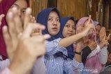 Sejumlah peserta mempraktekkan Bahasa Isyarat Indonesia (Bisindo) saat mengikuti kegiatan belajar bahasa isyarat bersama Gerakan untuk Kesejahteraan Tunarungu Indonesia (Gerkatin) Karawang di Kedai Patroli Kopi 3, Karawang, Jawa Barat, Selasa (30/4/2019). Kegiatan tersebut bertujuan untuk mengedukasi dan mensosialisasi bahasa isyarat kepada masyarakat dan generasi muda sebagai bentuk pemberian hak berkomunikasi untuk penyandang tunarungu. ANTARA JABAR/M Ibnu Chazar/agr