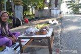Emak-emak penjual bunga ziarah panen jelang puasa