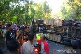 Bus pariwisata terguling, seorang meninggal