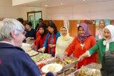 Dharma Wanita KBRI Brussel ajak tunawisma makan siang  ala  Indonesia