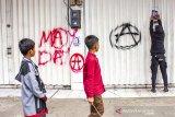 Seorang warga melakukan aksi vandalisme di Kawasan by pass, Karawang, Jawa Barat, Rabu (1/5/2019). ANTARA JABAR/M Ibnu Chazar/agr