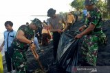 Korem 162/WB bersih pantai sambut HUT Kodam IX/Udayana