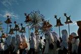 Sejumlah anak membawa patung hewan imajiner 'Warak' saat mengikuti Karnaval Budaya Dugder di Semarang, Jawa Tengah, Jumat (3/5/2019). Karnaval yang diikuti ribuan peserta itu untuk menyambut datangnya bulan Ramadhan. ANTARA FOTO/R. Rekotomo/nym.