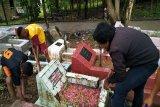 Pelajar jadi pembersih makam jelang Ramadhan