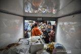 Warga antre membeli sembako pada operasi pasar murah rakyat Ramadan yang diselenggarakan Tim Pengendali Inflasi Daerah (TPID) di Halaman Kantor Kecamatan Tamansari, Kota Tasikmalaya, Jawa Barat, Kamis (9/5/2019). Memasuki bulan Ramadhan, TPID setempat setiap menggelar operasi pasar murah rakyat di sejumlah titik keramaian untuk menjamin kestabilan harga kebutuhan pokok sekaligus mengendalikan inflasi pada level wajar. ANTARA JABAR/Adeng Bustomi/agr