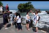 Wisatawan asing mengunjungi kawasan obyek wisata Tanah Lot di Tabanan, Bali, Sabtu (11/5/2019). Kunjungan wisatawan domestik ke sejumlah obyek wisata di Pulau Dewata mengalami penurunan sejak memasuki bulan Ramadhan dan pengaruh harga tiket pesawat yang masih tinggi. ANTARA FOTO/Nyoman Hendra Wibowo/nym