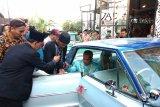 Lima pasangan pengantin nikah bareng di mobil antik
