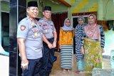 Kapolres Mataram memberikan santunan keluarga petugas KPPS meninggal