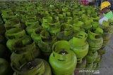 Pekerja membongkar muat tabung elpiji tiga kilogram subsidi di Banda Aceh, Selasa (14/5/2019). Pertamina Matrketing Operation Region (MOR) I menambah 11 persen atau satu juta tabung elpiji tiga kilogram subsidi untuk penyaluran di provinsi Aceh guna memenuhi peningkatan permintaan untuk bulan Ramadhan dan hari raya Idul Fitri 1440 Hijriah. (Antara Aceh/Irwansyah Putra)