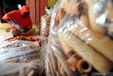 Pekerja mengemas kue opak di Kelurahan Kowel, Pamekasan, Jawa Timur, Selasa (14/5/2019). Memasuki pekan ke dua bulan Ramadhan 1440 H permintaan kue opak mengalami peningkatan dari biasanya 75 kg menjadi 125 kg per minggu. Jumlah tersebut diperkirakan akan terus naik hingga menjelang hari raya idul fitri. Antara Jatim/Saiful Bahri/zk.