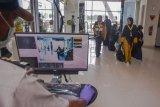 Sejumlah penumpang berjalan melewati alat pemindai panas tubuh di terminal kedatangan internasional Bandara Sultan Syarif Kasim II di Kota Pekanbaru, Riau, Selasa (14/5/2019). Otoritas Bandara Sultan Syarif Kasim II menyatakan alat pemindai panas tubuh sudah diaktifkan untuk memantau penumpang dari Singapura dan Malaysia yang berpotensi terjangkit virus cacar monyet (monkeypox). ANTARA FOTO/FB Anggoro/nym.