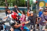 Umat Hindu di Kendari Bagi-bagi takjil kepada Warga