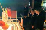 Jusuf Kalla melihat seragam Susi Susanti di Museum Olimpiade Lausanne