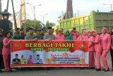 Jurnalis dan Provos TNI bagikan takjil untuk warga di Putussibau Selatan