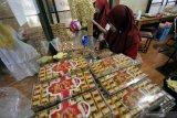 Pekerja mengemas makanan olahan cokelat disalah satu sentra produksi di Kademangan, Blitar, Jawa Timur, Sabtu (18/5/2019). Jumlah produksi makanan olahan cokelat mengalami peningkatan hingga 60 persen lebin dari biasanya sekitar 125 kilogram per hari, menjadi 200 kilogram perhari searing makin naiknya permintaan pasar selama bulan ramadan, dan jumlah tersebut diprediksi akan terus meningkat hingga menjelang lebaran Idul Fitri. Antara Jatim/Irfan Anshori/zk.