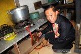 Kepala Dinas Koperasi Usaha Mikro dan Perdagangan (Diskumdag) Kota Pontianak Haryadi S Triwibowo memperlihatkan tabung gas elpiji bersubsidi yang digunakan rumah makan di Jalan Dr Wahidin Sudirohusodo, Pontianak, Kalbar, Kamis (16/5/2019). Dalam sidak yang digelar PT Pertamina (Persero) Kalbar bersama Diskumdag Kota Pontianak tersebut,  ditemukan sejumlah rumah makan yang masih menggunakan tabung gas elpiji bersubsidi di sejumlah warung makan. ANTARA FOTO/Jessica Helena Wuysang