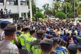 Unjuk rasa mahasiswa di DPRD Sumbar diwarnai aksi dorong mendorong