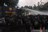 Polisi halau massa di Jalan Brigjen Katamso Petamburan